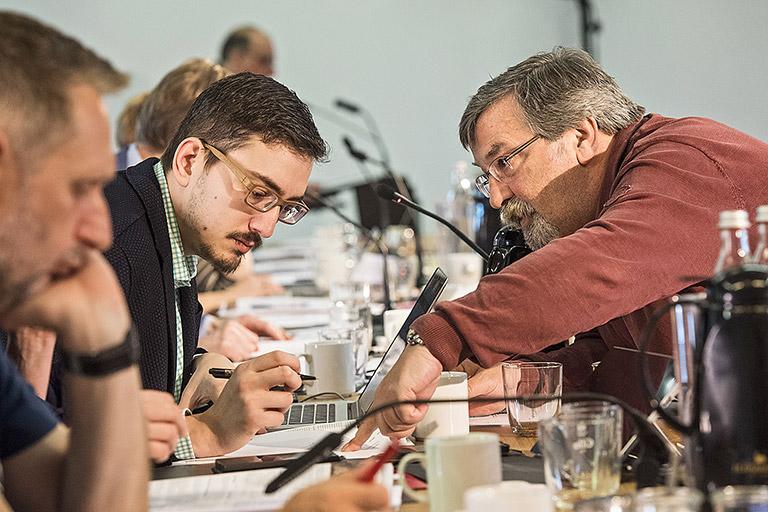 Kurze Abstimmung: Der neue Schatzmeister Pascal Hesse (l.) mit seinem Vorvorgänger Karlheinz Stannies. | Foto: Arne Pöhnert
