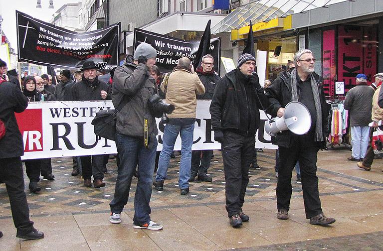 Trauermarsch für die abgewickelte Redaktion der Westfälischen Rundschau (Bild l.).
